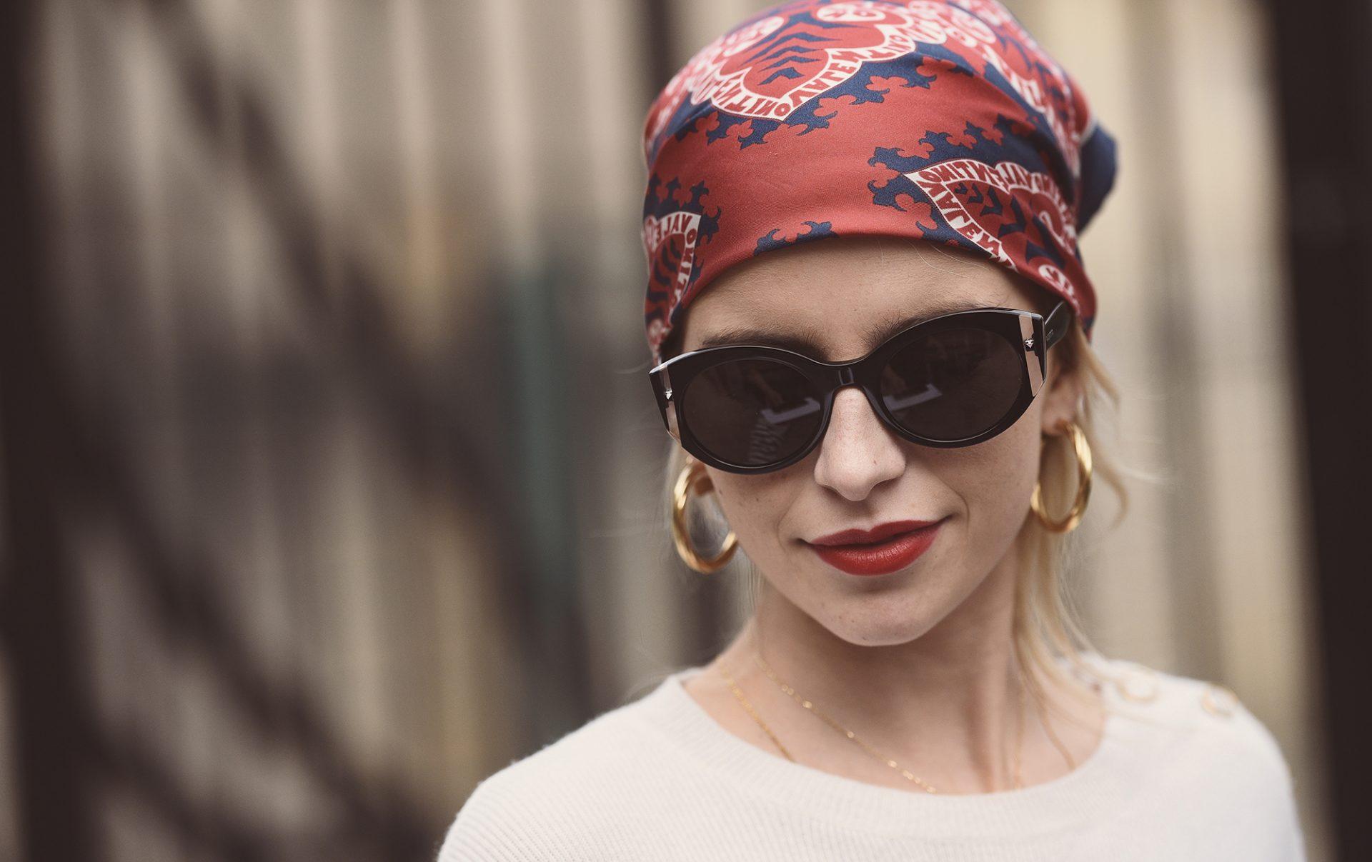 femme qui porte un foulard de mode